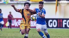 Indosport - Jonathan Bauman (Persib) duel dengan pemain Mitra Kukar.
