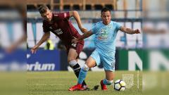 Indosport - Duel pemain antara Persela Lamongan vs PSM Makassar.