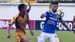 Indosport - Jonathan Bauman mengontrol bola dari pemain Mitra Kukar.