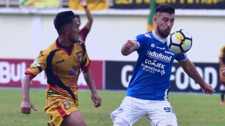 Bersamaan dengan rumor transfernya ke klub Liga 1 Arema FC, Jonathan Bauman (kanan) tengah berlibur di Uruguay. - INDOSPORT