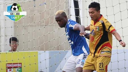 Victor Igbonefo duel dengan pemain Mitra Kukar. - INDOSPORT