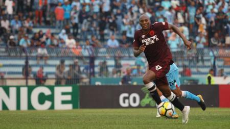Alessandro Ferreira Leonardo membawa bola ke arah gawang Persela Lamongan. - INDOSPORT