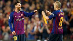 Indosport - Lionel Messi saat menerima ban kapten dari Andres Iniesta.