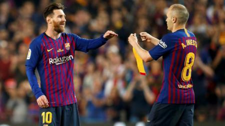 Lionel Messi saat menerima ban kapten dari Andres Iniesta. - INDOSPORT