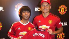 Indosport - Rian, vokalis D'Masiv saat bersama eks Man United, Wes Brown.