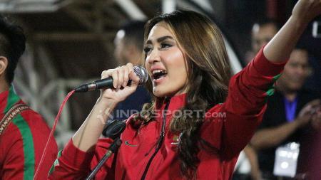 Intan Saumadina saat bernyanyi di Stadion Gelora Delta, Sidoarjo. - INDOSPORT