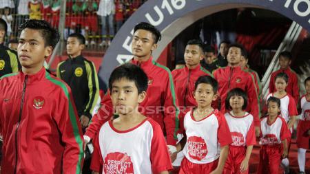 Kiper Timnas Indonesia, Ernando Ari Sutaryadi (kedua dari kiri) menegaskan dirinya siap di laga uji coba kedua melawan Nepal. - INDOSPORT