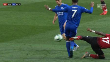 Pemain Manchester United, Fred lakukan tekel keras ke pemain Leicester City, Demarai Gray. - INDOSPORT