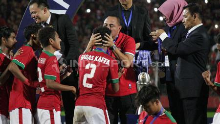 Ketum PSSI, Edy Rahmayadi, memberikan ciuman kepada para pemain muda Timnas Indonesia. - INDOSPORT