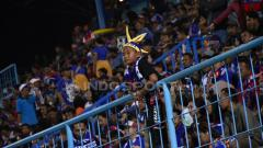 Indosport - Aremania kecil tetap semangat mendukung Arema.