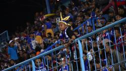 Aremania kecil tetap semangat mendukung Arema FC.