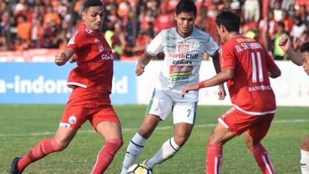 Pemain PSMS Medan dikawal dua pemain Persija. - INDOSPORT