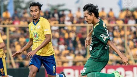 Pemain Persebaya tengah mengeksekusi bola ke arah gawang Barito Putera. - INDOSPORT