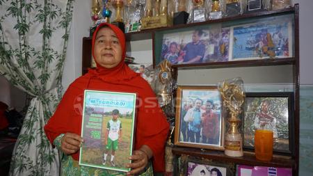 Kalsum ibu Mochammad Supriadi. - INDOSPORT