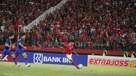 Mochammad Supriadi saat mengeksekusi bola ke araha gawang Thailand - INDOSPORT