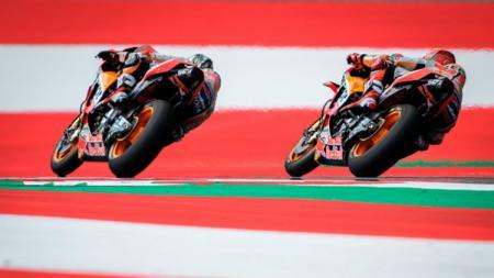 Marc Marquez dan Dani Pedrosa ketika sedang melakukan sesi pemanasan MotoGP. - INDOSPORT
