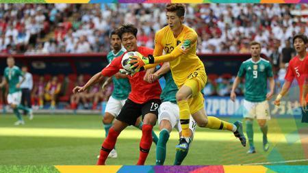 Kiper Timnas Korea Selatan, Jo Hyeon-woo saat mengamankan bola dari serbuan pemain Jerman. - INDOSPORT