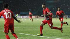 Indosport - Beto Goncalves akan melakukan selebrasi dengan menghampiri Stefano Lilipaly. Beto Goncalves