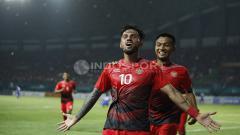 Indosport - Stefano Lilipaly melakukan selebrasi dan disusul oleh Muhammad Hargianto. Herry Ibrahim
