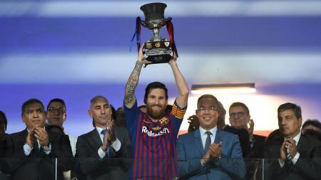 Barcelona mengangkat trofi juara Piala Super Spanyol 2018. - INDOSPORT