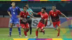 Indosport - Febri Haryadi, Stefano Lilipaly, dan Beto Goncalves melakukan selebrasi. Herry Ibrahim