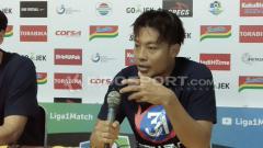 Indosport - Kapten Arema FC, Hamka Hamzah, saat konferensi pers.