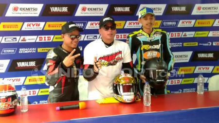 Pembalap tim Cargloss Racetech, Eric Saputra (tengah). - INDOSPORT