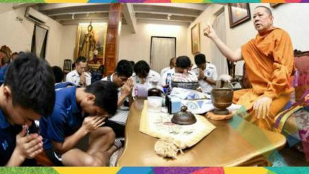 Timnas Thailand U-23 meminta doa dari Biksu Phra Prommangkalachan sebelum Asian Games 2018. - INDOSPORT