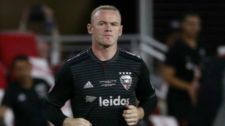 Wayne Rooney kesurupan Paolo Maldini dan Andrea Pirlo. - INDOSPORT