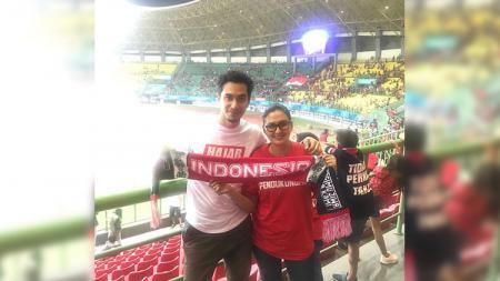 Darius Sinathrya dan Dona Agnesia saat menonton laga Taiwan U-23 vs Indonesia U-23 Asian Games 2018. - INDOSPORT