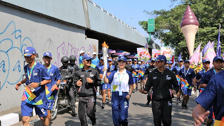Obor raksasa Aice mewarnai kemeriahan kirab obor Asian Games 2018 di Bandung. Copyright: Aice
