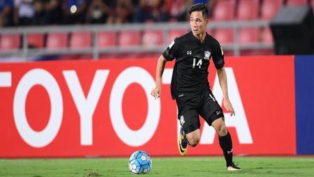 Supachok Sarachat mendapat pujian dari Akira Nishino pasca kemenangan 3-0 Thailand atas Timnas Indonesia. - INDOSPORT