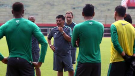 Mantan pelatih Tim Nasional Indonesia Benny Dollo. - INDOSPORT