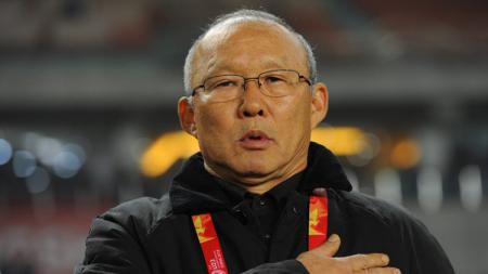 Pelatih Timnas Vietnam, Park Han-seo akhirnya bisa menikmati udara bebas setelah terkurung di dalam rumah selama 14 hari. - INDOSPORT