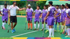 Indosport - Pelatih hoki India sedang memberikan pengarahan kepada para pemainnya saat latihan.