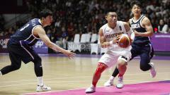 Indosport - Aksi pebasket Indonesia, Andakara Prastawa (tengah) melewati hadangan dua pemain Korea.