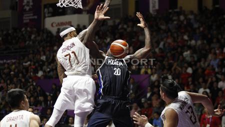 Aksi lay up pebasket Korea, Ricardo Preston (kanan) berhasil digagalkan oleh pemain Indonesia, Jamar Andre Johnson. - INDOSPORT