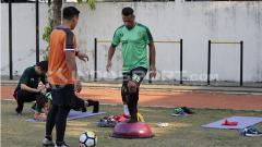 Indosport - Raphael Maitimo saat latihan terpisah dengan skuat Persebaya