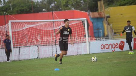 Dua bek Sriwijaya FC Goran Gancev (Makedonia) dan Alan Hendrique (Brasil) bertolak ke Singapura. - INDOSPORT