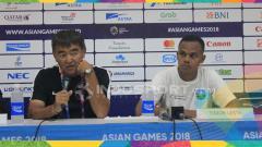Indosport - Pelatih Timor Leste , Norio Tsukikate ditemani pemainnya Victor Jorge Sabas.
