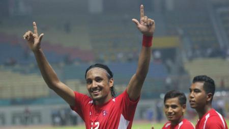 Rohit Chand memberikan salam Sajete ke Jakmania yang hadir mendukungnya bersama Timnas Nepal. - INDOSPORT