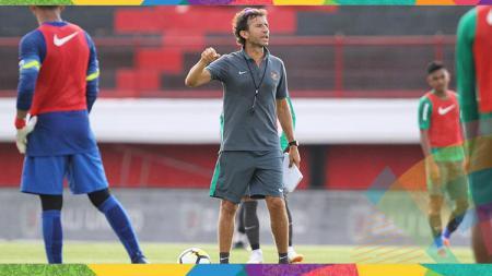 Luis Milla saat memimpin latihan Timnas Indonesia. - INDOSPORT