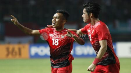 Irfan Jaya dan Gavin Kwan selebrasi usai gol dalam laga Indonesia vs Palestina. - INDOSPORT