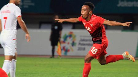 Irfan Jaya berselebrasi usai mencetak gol ke gawang Palestina. - INDOSPORT
