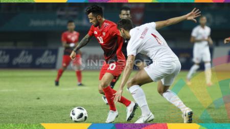 Stefano Lilipaly mengontrol bola dalam laga Indonesia vs Palestina. - INDOSPORT