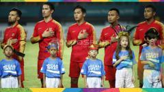 Indosport - Dua anak Wulan Guritno (dua di kanan) menjadi player escort dalam laga Indonesia vs Palestina.