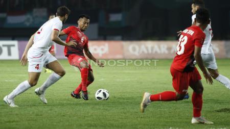 M. Hargianto mengontrol bola dalam laga Indonesia vs Palestina, Rabu (15/08/18). - INDOSPORT