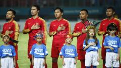 Indosport - Timnas Indonesia U-23 menyanyikan Indonesia Raya.