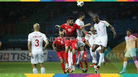 Stefano Lilipaly berduel udara dengan para pemain Palestina. - INDOSPORT