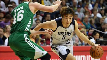 Ding Yanyuhang (kanan) bersama Dallas Mavericks. - INDOSPORT